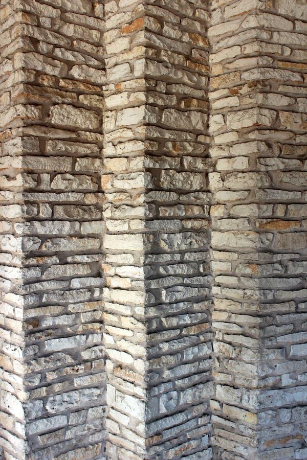 Detalhe na parede exterior de pedra da construção, com os ângulos interessantes retratados na habilidade fotografia de stock royalty free