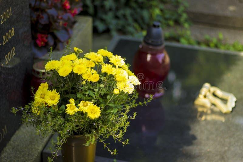 Detalhe na sepultura com as flores no cemitério na Croácia fotografia de stock royalty free