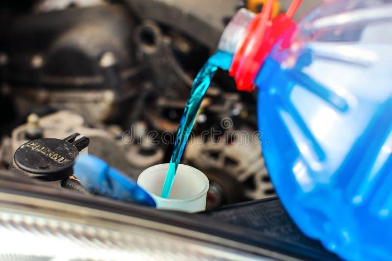Detalhe no derramamento do líquido de lavagem da tela do carro do anticongelante imagem de stock royalty free
