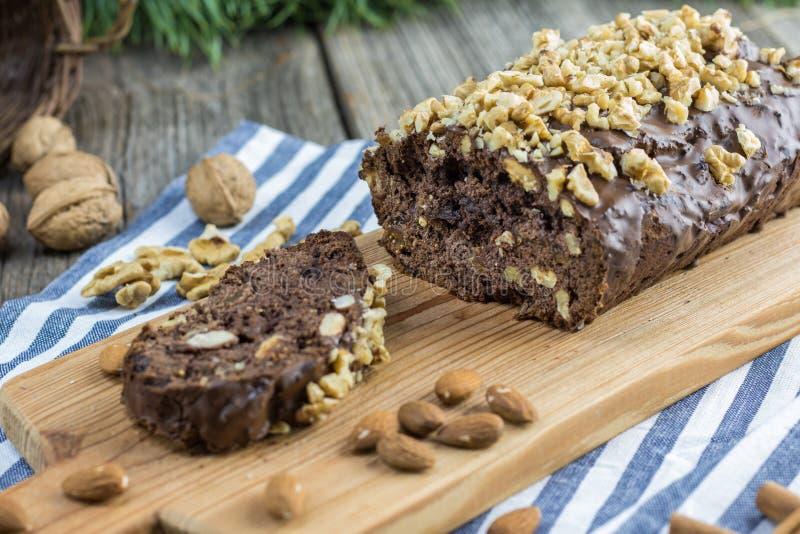 Detalhe no pão do gengibre da noz do Natal na placa de madeira com alm foto de stock royalty free