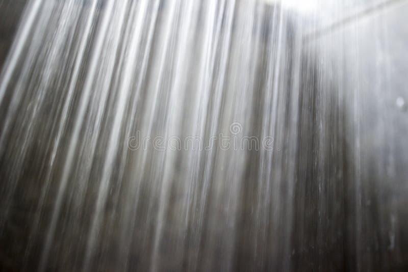 Detalhe o close-up de um córrego da água da cabeça de chuveiro fotos de stock royalty free