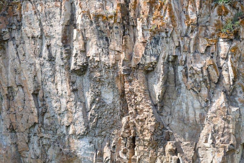 Detalhe o close up de uma parede, de um fundo ou de um papel de parede da rocha da montanha da textura de pedra natural imagem de stock