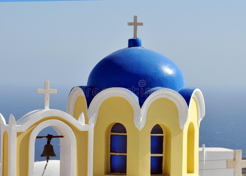 Detalhe o telhado azul de uma torre da igreja ortodoxa e de sino na ilha grega de Santorini imagens de stock