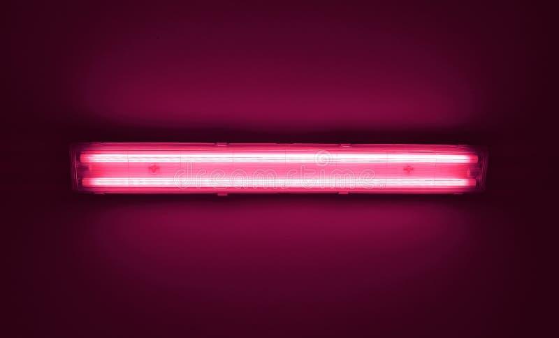 Detalhe o tiro de um tubo da luz fluorescente em uma parede foto de stock royalty free