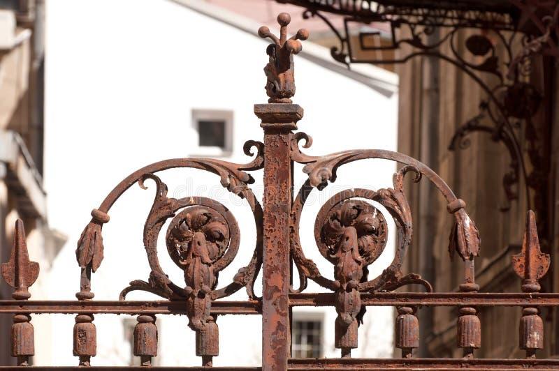Detalhe oxidado da porta do ferro fotos de stock