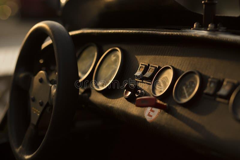 """Detalhe painel de um †super da cabina do piloto do carro desportivo """"com velocímetro e calibres no luminoso imagens de stock"""