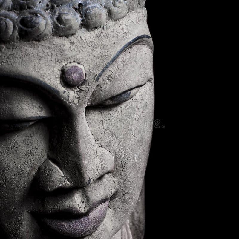 Detalhe principal velho da estátua de Buddha no preto imagens de stock