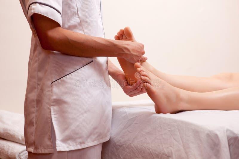 Detalhe profissional da massagem do pé fotografia de stock