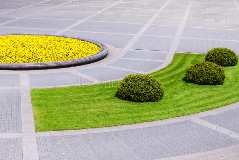 Detalhe quadrado urbano com plantas ajardinadas fotografia de stock royalty free