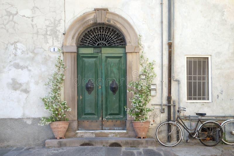 Detalhe residencial da entrada da cidade medieval Lucca, Itália fotografia de stock royalty free