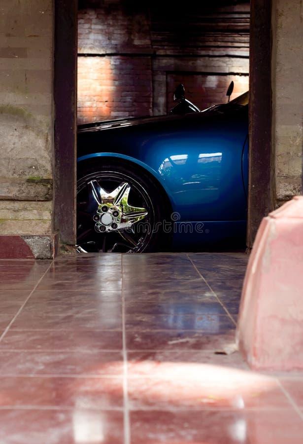 Detalhe Sportive do carro em uma garagem imagens de stock