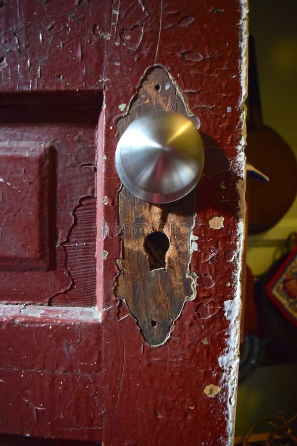 Detalhe velho da porta com o botão removido da placa e da substituição fotografia de stock