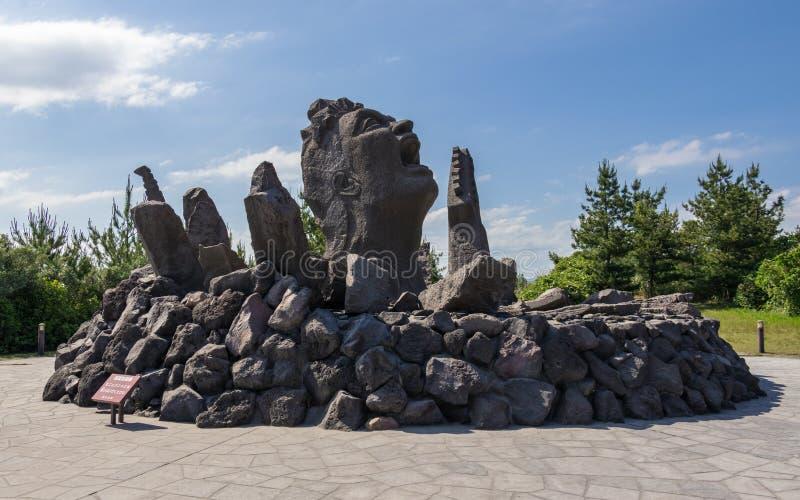Detalhe a vista o monumento Akamizu Tembo Hiroba da música da construção de Tsuyoshi Nagabuchi da lava Perto da observação de Vul imagem de stock royalty free