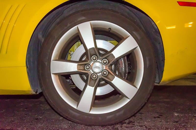 Detalhes amarelos do lado da roda da parte traseira do convertible de Chevrolet Camaro SS fotografia de stock royalty free