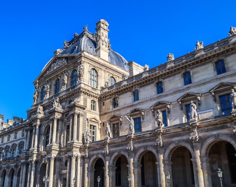 Detalhes arquitetónicos da fachada do palácio do Louvre em Paris, França Em abril de 2019 fotos de stock