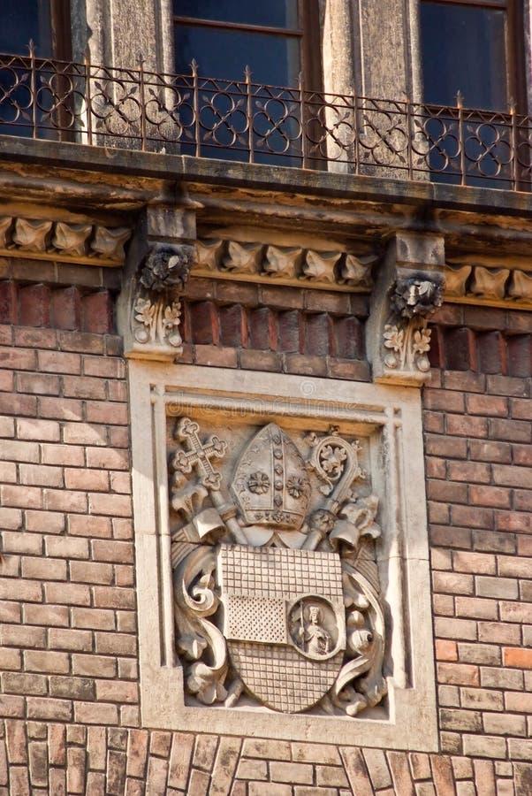 Detalhes arquitetónicos do castelo com um telhado telhado preto Pra fotos de stock royalty free