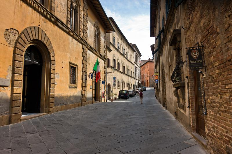 Detalhes arquitetônicos de casas antigas em ruas estreitas em Volterra, Toscana foto de stock royalty free