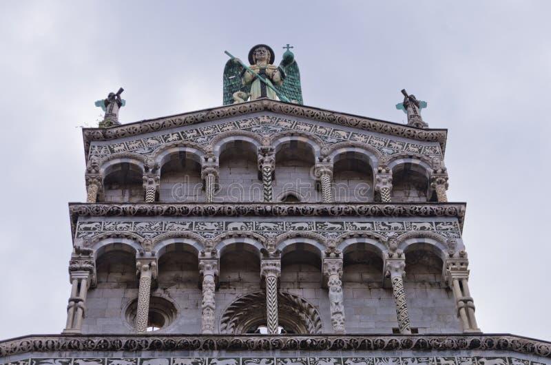 Detalhes artísticos em uma fachada da catedral de Lucca, Toscânia foto de stock