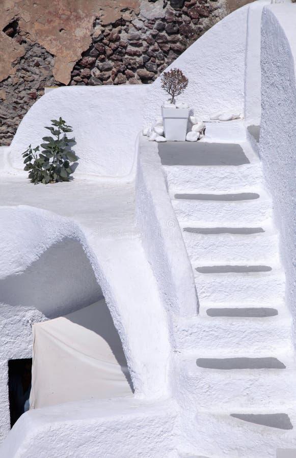 Detalhes brancos da arquitetura de ilha de Santorini, Grécia foto de stock