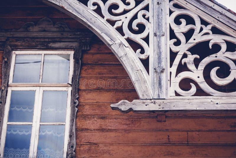 Detalhes da arquitetura de madeira histórica velha, Rakvere, Esto foto de stock