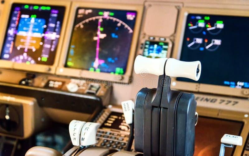 Detalhes da cabina do piloto do avião de passageiros imagens de stock
