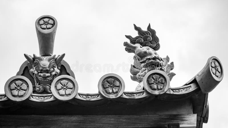 Detalhes da escultura do telhado em preto e branco em um templo budista fotos de stock