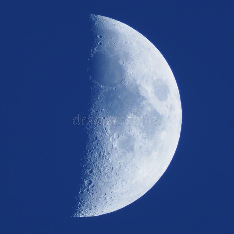 Detalhes da lua no céu azul foto de stock royalty free