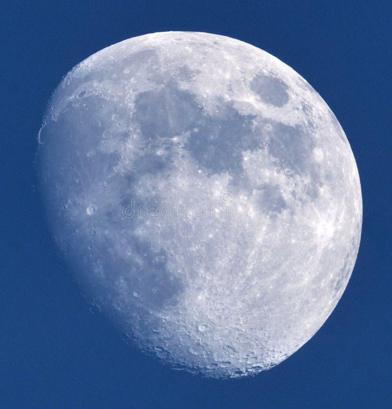 Detalhes da lua no céu azul imagem de stock royalty free