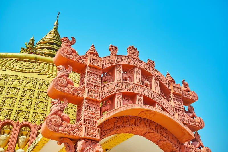 Detalhes da porta decorativa do torana da terracota, academia budista internacional de Sitagu imagens de stock royalty free