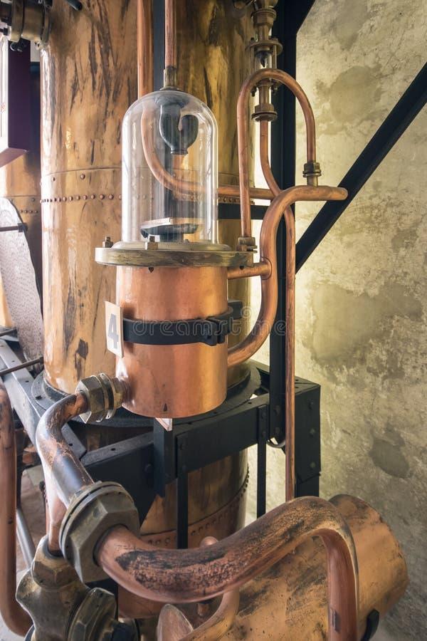 Detalhes das ferramentas de cobre usadas para destilar a aguardente fotos de stock