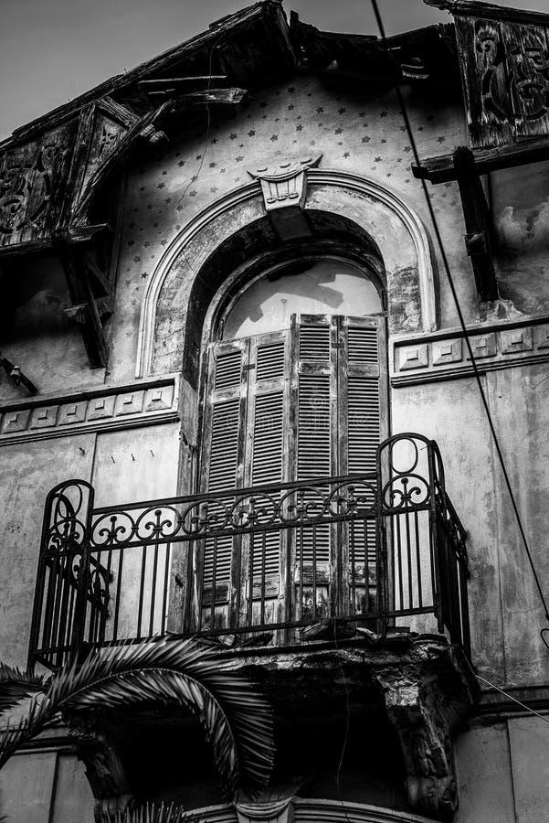 Detalhes de Architeture de abandonado cem anos de casa velha, balcon fotos de stock royalty free