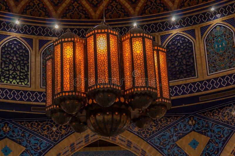 Detalhes de arquitetura oriental, uma lâmpada à moda no interior imagens de stock royalty free