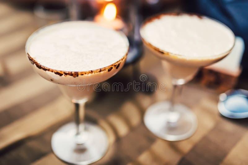Detalhes de cocktail O frio servido margarita da bebida longa do chocolate da vodca no restaurante, o bar e a barra com cacau dec imagem de stock