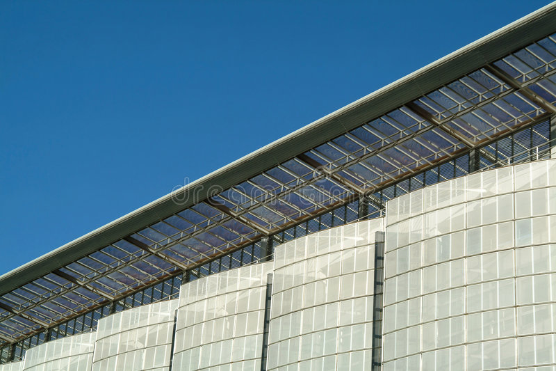 Detalhes de fachada moderna do edifício ecológico fotografia de stock