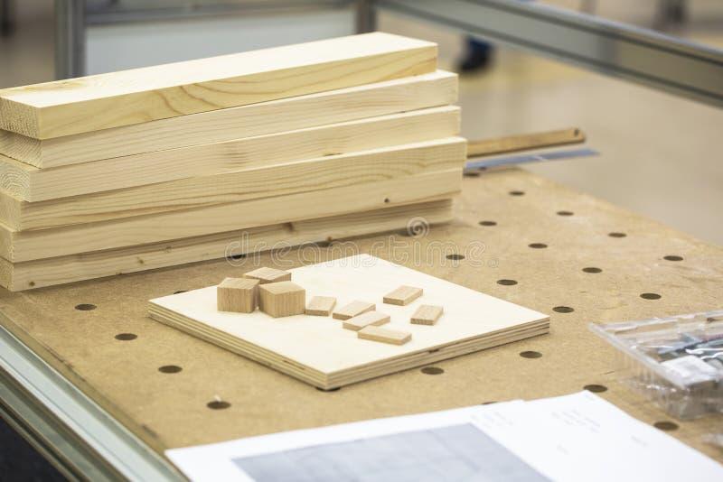 Detalhes de madeira do workpiece na tabela foto de stock