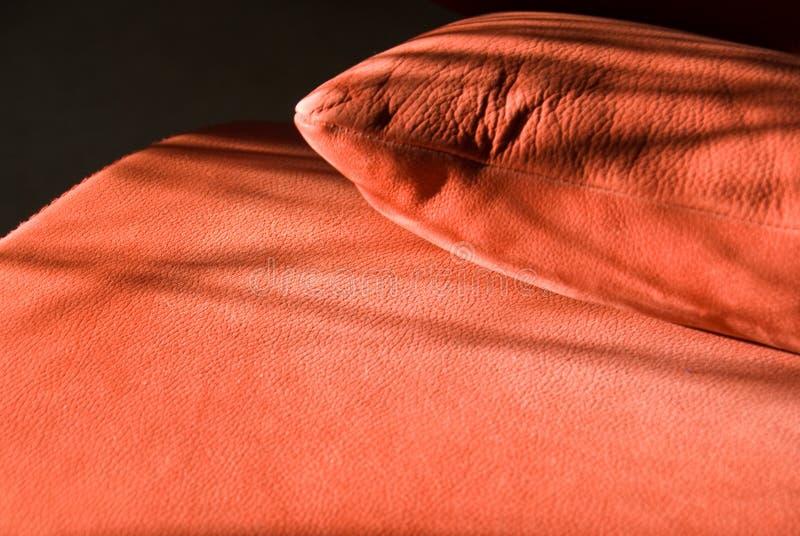 Detalhes de sofá de couro vermelho fotos de stock