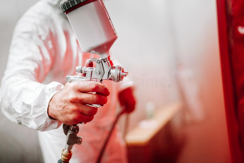 detalhes de trabalhador industrial, pintor do coordenador do mecânico que pinta um carro fotos de stock royalty free