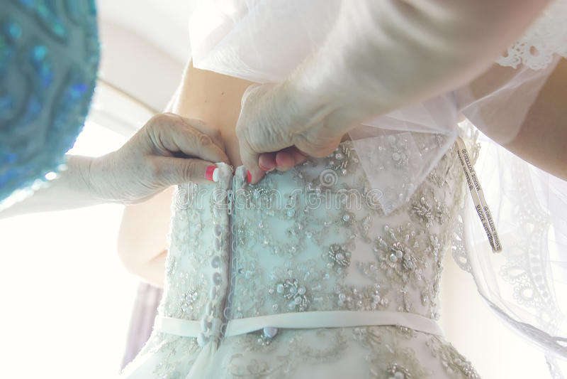 Detalhes de um molho da ponte no vestido de casamento ornamentado imagens de stock royalty free