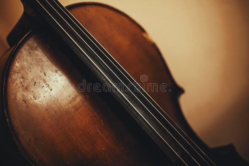 Detalhes de um violoncelo velho fotos de stock royalty free