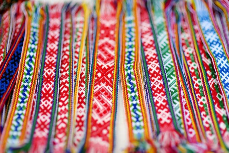 Detalhes de um weave lituano colorido tradicional Correias tecidas como uma peça do traje lituano nacional fotos de stock