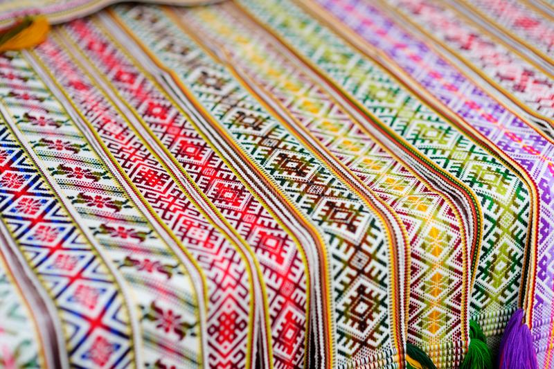 Detalhes de um weave lituano colorido tradicional Correias tecidas como uma peça do traje lituano nacional imagens de stock royalty free