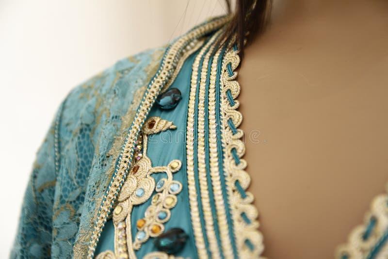 Detalhes de uma cafetã marroquina azul imagem de stock royalty free