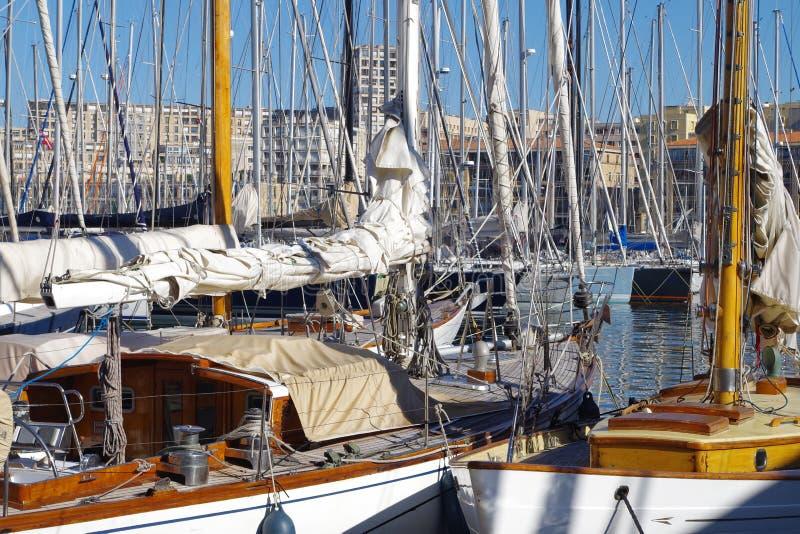 Detalhes de veleiros de madeira bonitos amarrados ao longo das docas ao esperar a aventura seguinte fotografia de stock