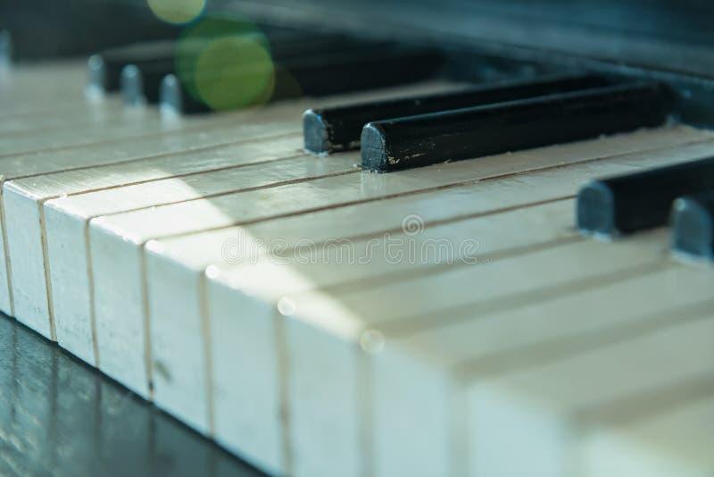 Detalhes de vintage, chaves de madeira do piano imagens de stock