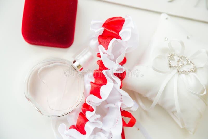 Detalhes do casamento Acessórios nupciais perfume, joia e anéis imagens de stock
