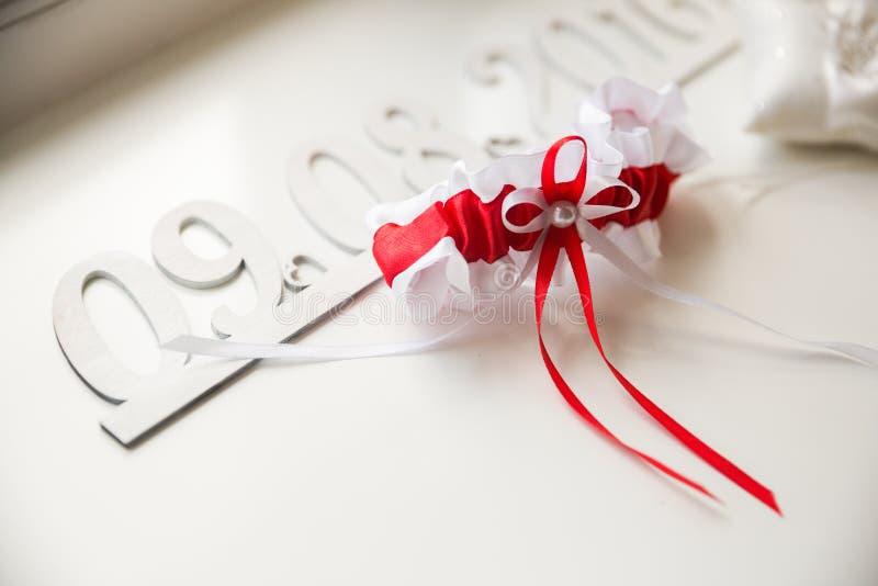 Detalhes do casamento Acessórios nupciais perfume, joia e anéis fotografia de stock royalty free