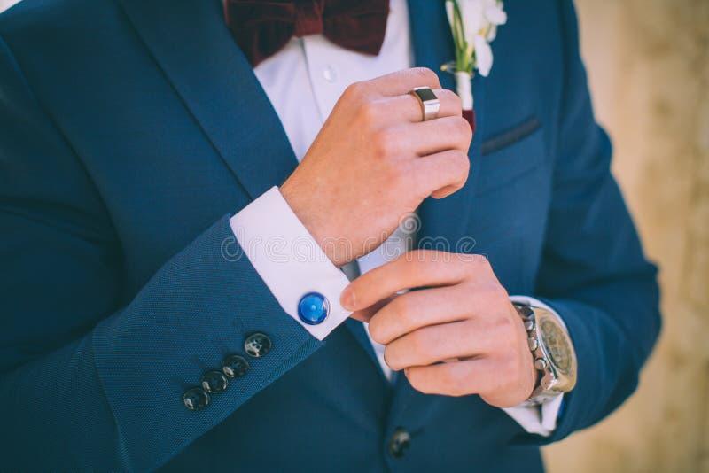 Detalhes do casamento, botão de punho, terno masculino elegante imagens de stock