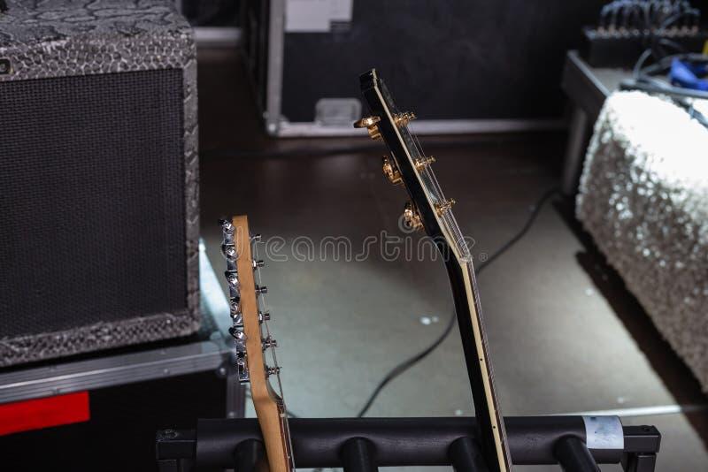 detalhes do guitarrista na fase fotos de stock royalty free