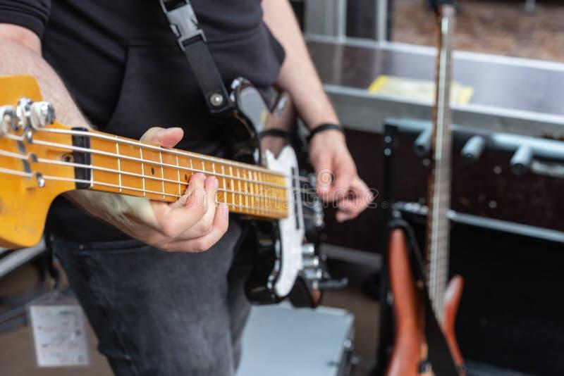 detalhes do guitarrista na fase imagens de stock