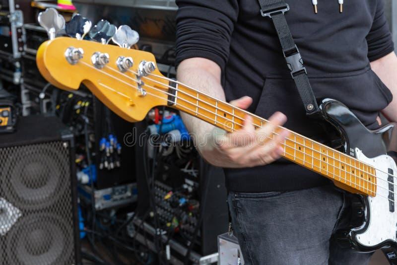 detalhes do guitarrista na fase fotos de stock